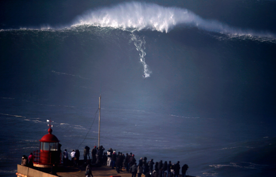 surfer sur une vague géante à Nazaré, Portugal - Photo Rafael Marchante / Reute
